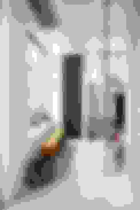 Couloir et hall d'entrée de style  par Design for Love