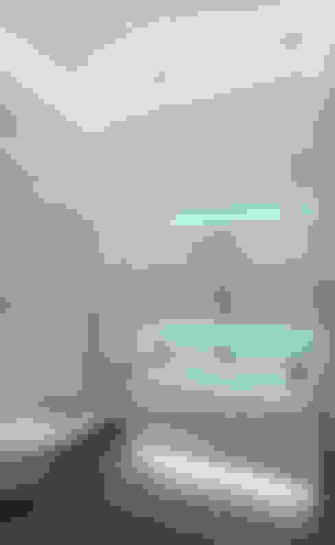 Совмещённый санузел в современном стиле: Ванные комнаты в . Автор – VITTA-GROUP