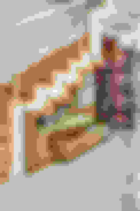 Sobrado triplex Integrado: Corredores e halls de entrada  por Juliana Lahóz Arquitetura