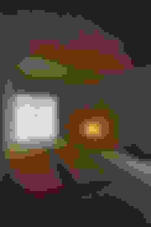 Salas multimedia de estilo  por 藤松建築設計室