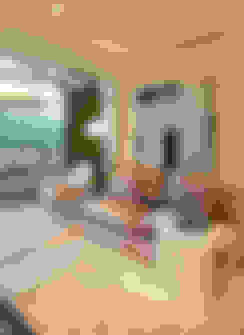 Living room by Chris Silveira & Arquitetos Associados
