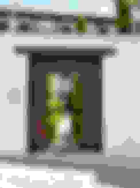 Puerta de entrada de madera : Puertas de madera de estilo  de Conely