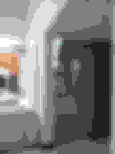 CASA DALVIAN LOS PUQUIOS: Pasillos y recibidores de estilo  por MABEL ABASOLO ARQUITECTURA