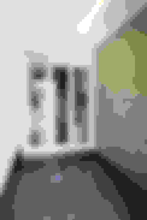 Pasillos y vestíbulos de estilo  por 로이하우스