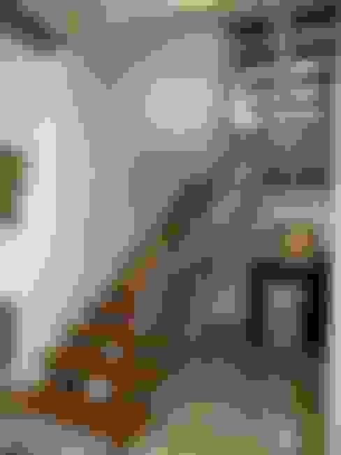 Corredores e halls de entrada  por Hasta architects