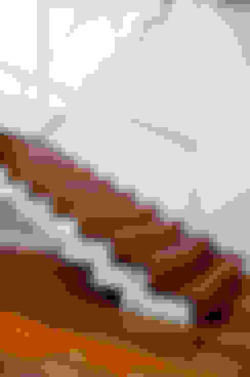 Casa MG: Corredores e halls de entrada  por Lozí - Projeto e Obra