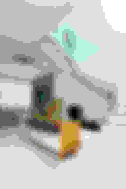 Buffet e Escada: Corredores e halls de entrada  por Eveline Sampaio Arquiteta e Designer de Interiores
