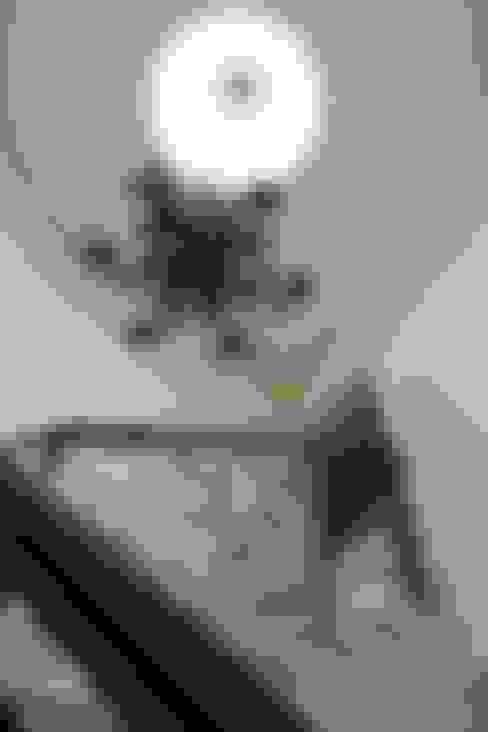 玄關、走廊與階梯 by Lozí - Projeto e Obra