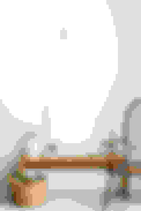 Detalhe de mobiliario desenhado e executado para o projeto: Escritórios e Espaços de trabalho  por Arkstudio