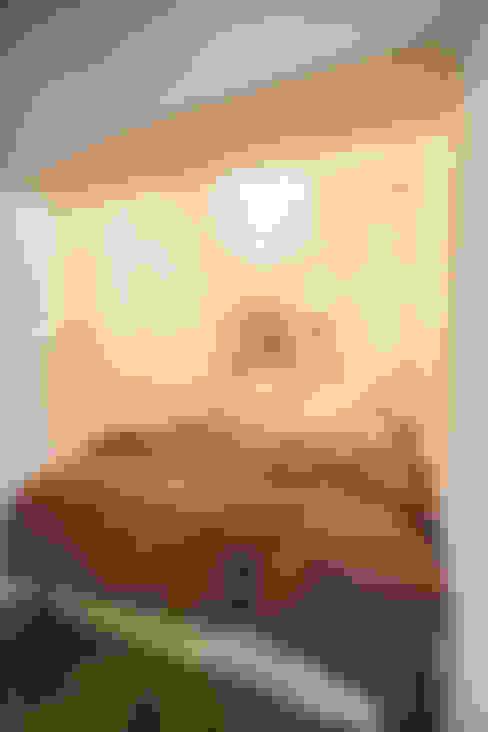 S邸-四つの窓ごとにシーンが切り替わる: 株式会社ブルースタジオが手掛けた寝室です。