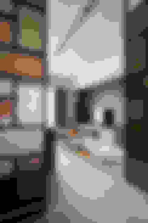 迎大門而立的拼布感屏風:  走廊 & 玄關 by 青瓷設計工程有限公司