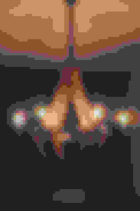 Lámpara colgante: Vestíbulos, pasillos y escaleras de estilo  por Cristina Cortés Diseño y Decoración