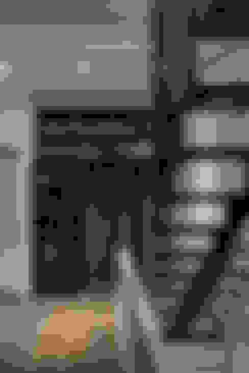 Pasillos y vestíbulos de estilo  por 大荷室內裝修設計工程有限公司