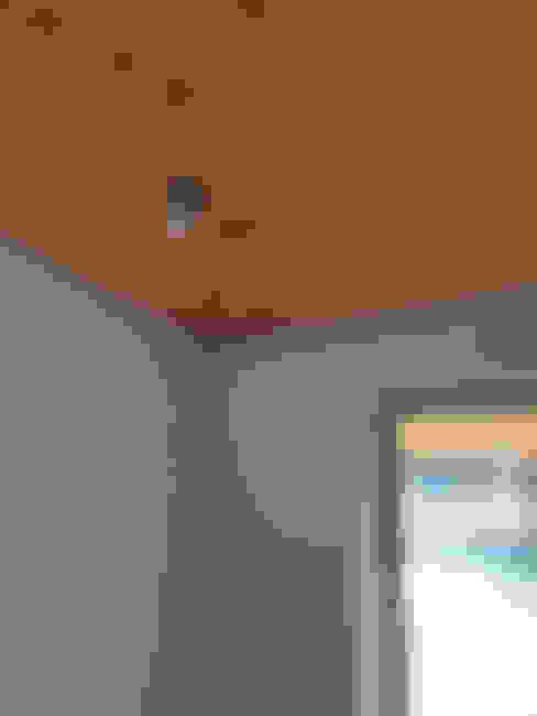 Detalle union de materiales, madera yeso cartón, ventana y foco. : Pasillos y hall de entrada de estilo  por Smartlive Studio