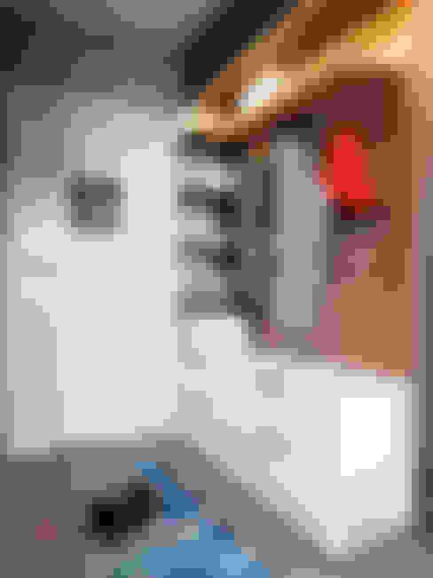 Pasillos y vestíbulos de estilo  por дизайн-студия PandaDom