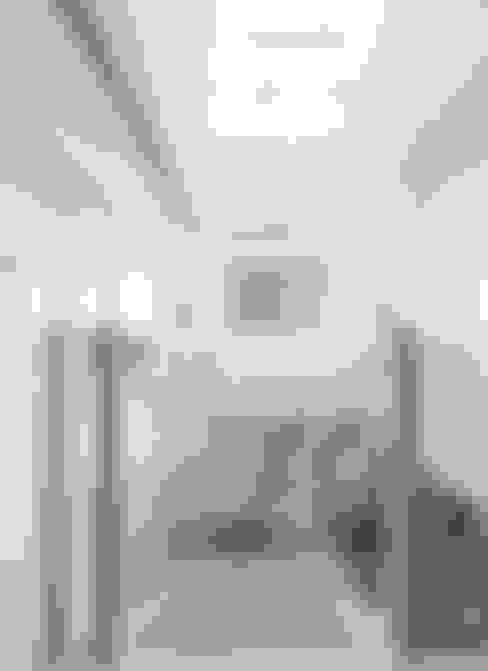Corridor and hallway by  何侯設計   Ho + Hou Studio Architects