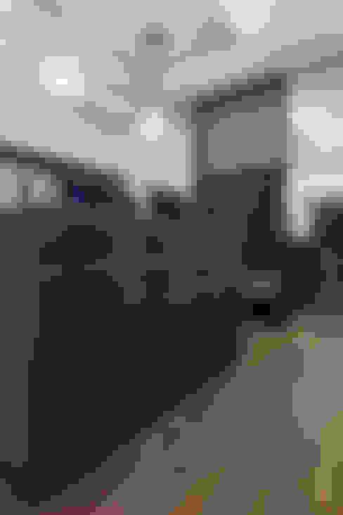 高宅 - Kao Residence:  更衣室 by  何侯設計   Ho + Hou Studio Architects