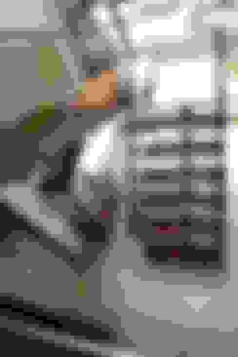 Pasillos y vestíbulos de estilo  por Flávia Kloss Arquitetura de Interiores