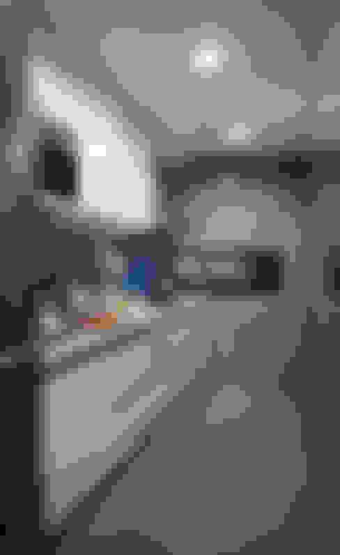 Kitchen by 弘悅國際室內裝修有限公司