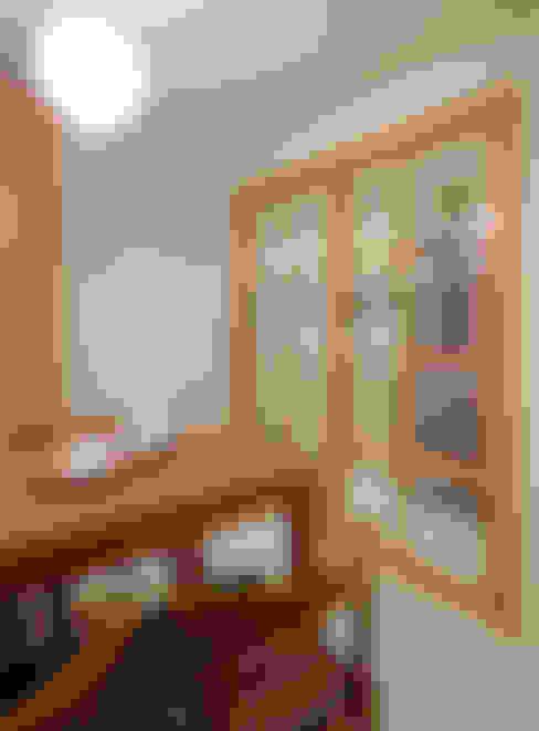 簡潔明亮的廚房與精緻可愛的餐廳由收合自如的拉門阻隔廚房的意味與油煙:  廚房 by 弘悅國際室內裝修有限公司