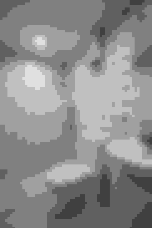 屋主偏好的藍色馬賽克,使用局部避免空間太過冷調:  浴室 by 弘悅國際室內裝修有限公司