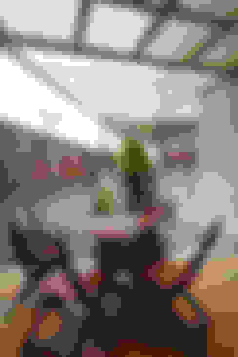 戶外區既能夠享受花蓮的好山好水好空氣,也增添隨意用餐的舒適感:  露臺 by 弘悅國際室內裝修有限公司