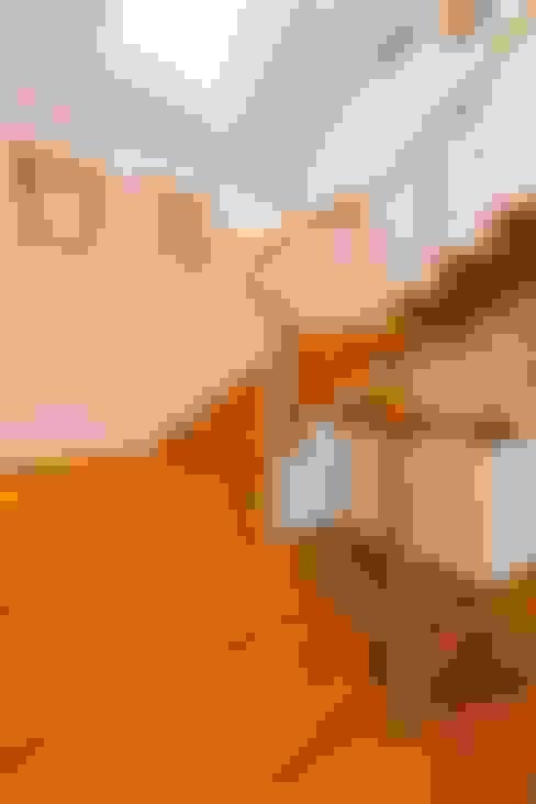"""Holzhaus """"Kalmar"""" - die Treppe aus massiver, geölter Eiche:  Flur & Diele von Skan-Hus Projekt GmbH"""