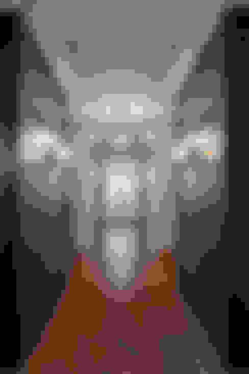 Glebe Avenue Residence:  Corridor & hallway by Flynn Architect