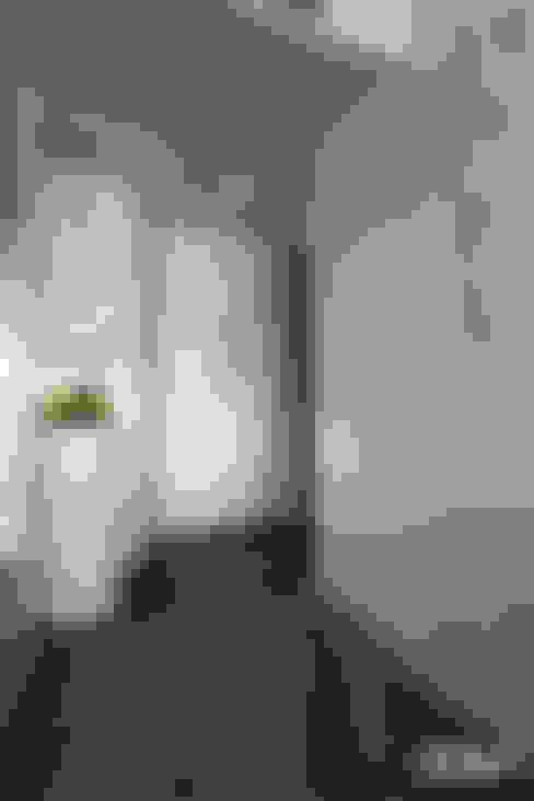 台南市北區/W宅/轉。23.5:  走廊 & 玄關 by 臣月空間工程