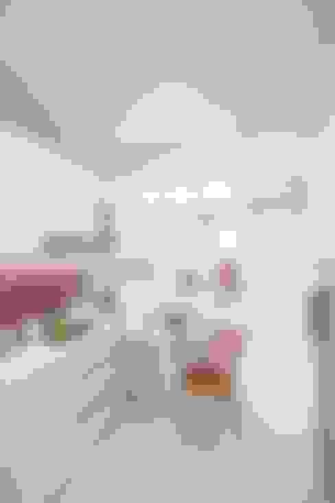 Meja Makan:  Dapur by PT. Dekorasi Hunian Indonesia (DHI)
