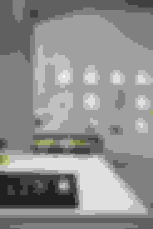 Leefkeuken met contact naar eetgedeelte:  Eetkamer door Thijssen Verheijden Architecture & Management
