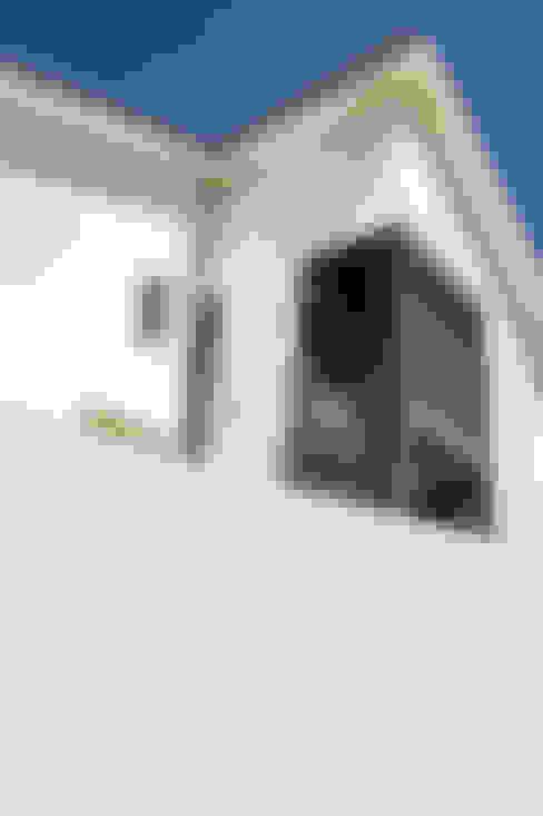 Casa década de 70: Casas unifamilares  por Eurico Soares Teixeira Arquiteto - Unipessoal, Lda