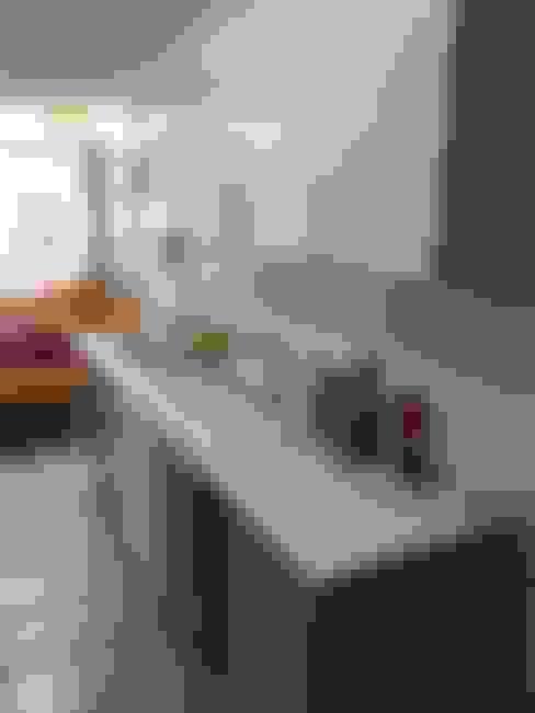 Muebles de cocina con nueva cubierta y puertas.: Cocinas de estilo  por Lares Arquitectura