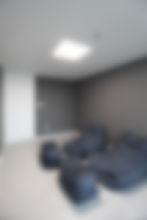 Sala multimediale in stile  di 홍예디자인