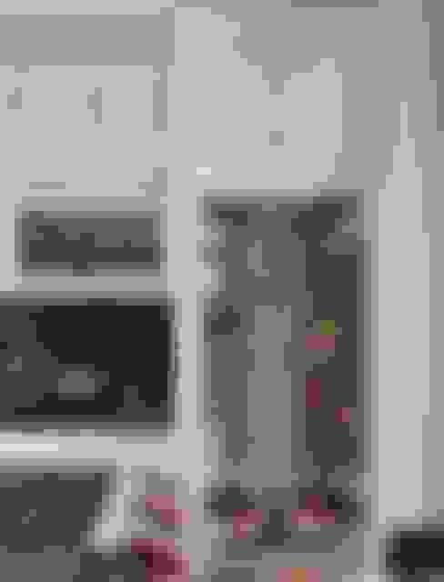 Lemari penyimpanan bahan dasar:  Dapur by ARF interior