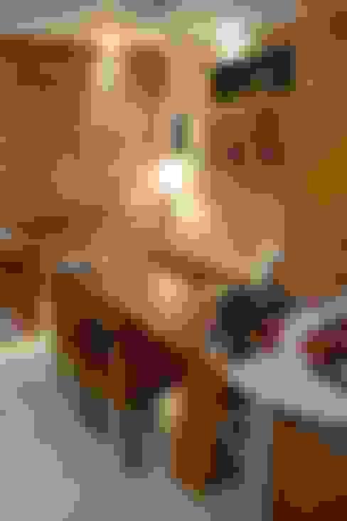 Um escritório com o encanto de uma casa: Espaços comerciais  por 5CINQUE ARQUITETURA LTDA