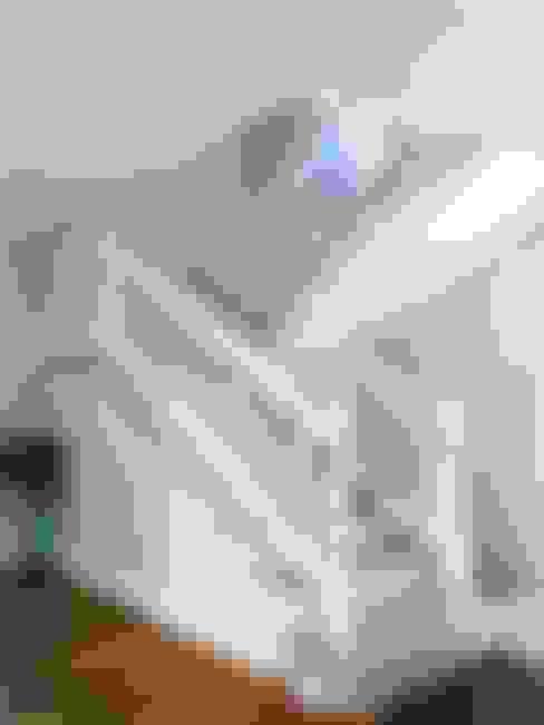 ESCALERA CLÁSICA INTERIOR, MADERA Y MÁRMOL : Escaleras de estilo  por Brassea Mancilla Arquitectos
