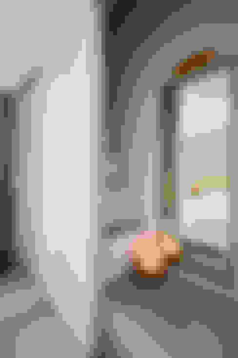 仰望-七坪 三房一廳一衛 古典唯美居家:  樓梯 by 酒窩設計 Dimple Interior Design