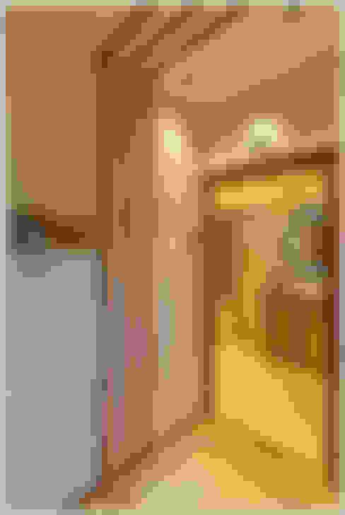 Vestíbulos, pasillos y escaleras de estilo  de The D'zine Studio