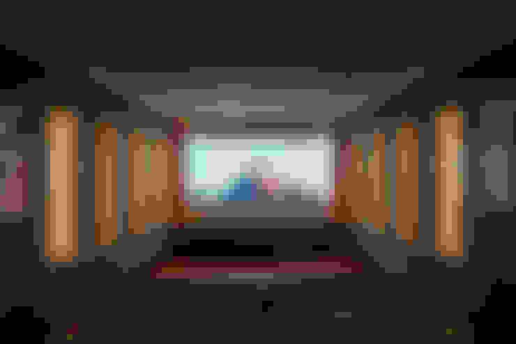 Salas multimedia de estilo  por raumdeuter GbR