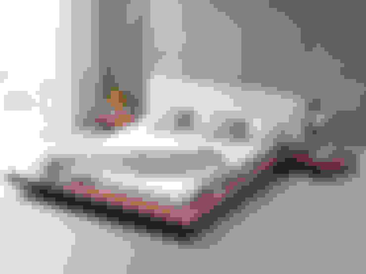 Dormitorios de estilo  por Living It Up