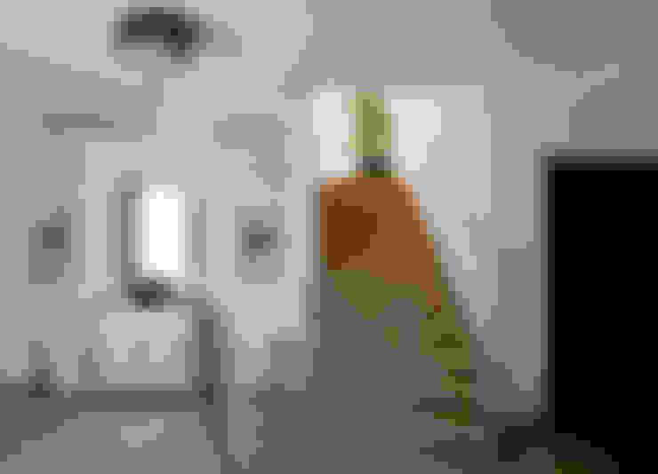 Nightingale Decor, Hollywood Hills CA. 2014: Pasillos y recibidores de estilo  por Erika Winters® Design