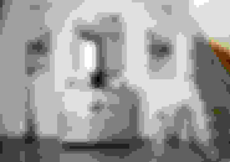 Pasillos y hall de entrada de estilo  por Erika Winters® Design