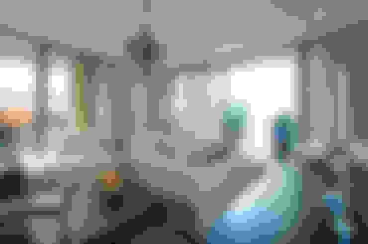 Living Room:  Living room by STUDIO[01] LTD