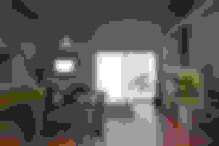 ハナミズキ通りの家: 岩瀬アトリエ建築設計事務所 有限会社が手掛けたリビングです。