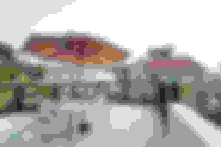 가족을 위한 단독주택: 디자인투플라이의  베란다