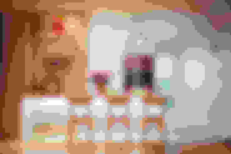 세아이들이 뛰어노는 유니크한 다락방과 다섯식구를 위한 보금자리: 퍼스트애비뉴의  주방