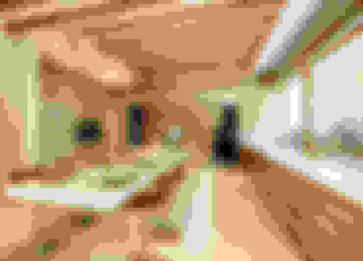 Luxurious Tropical Home:  Living room by ANSANA