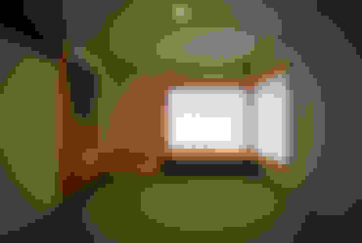Salas de entretenimiento de estilo  por 建築設計事務所 住記屋