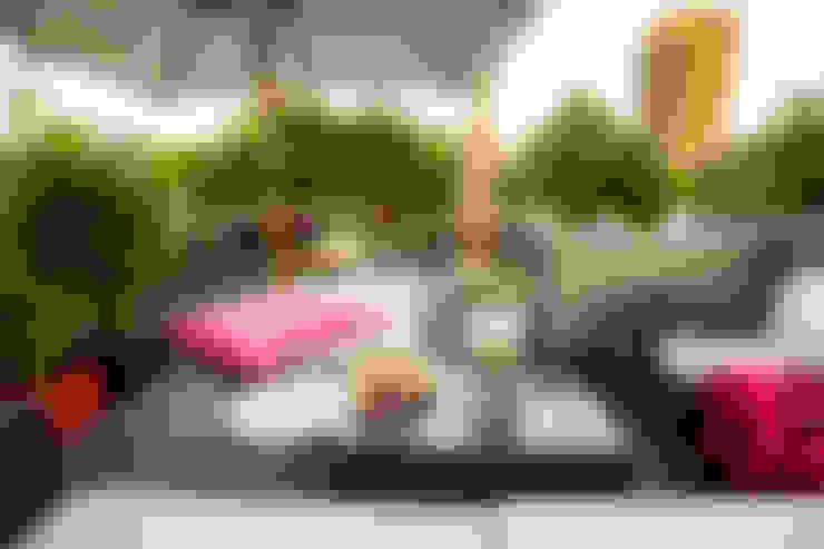 Loungesofa, Sonnenschirm, Pflanztaschen, Bambus:  Balkon, Veranda & Terrasse von DIE BALKONGESTALTER